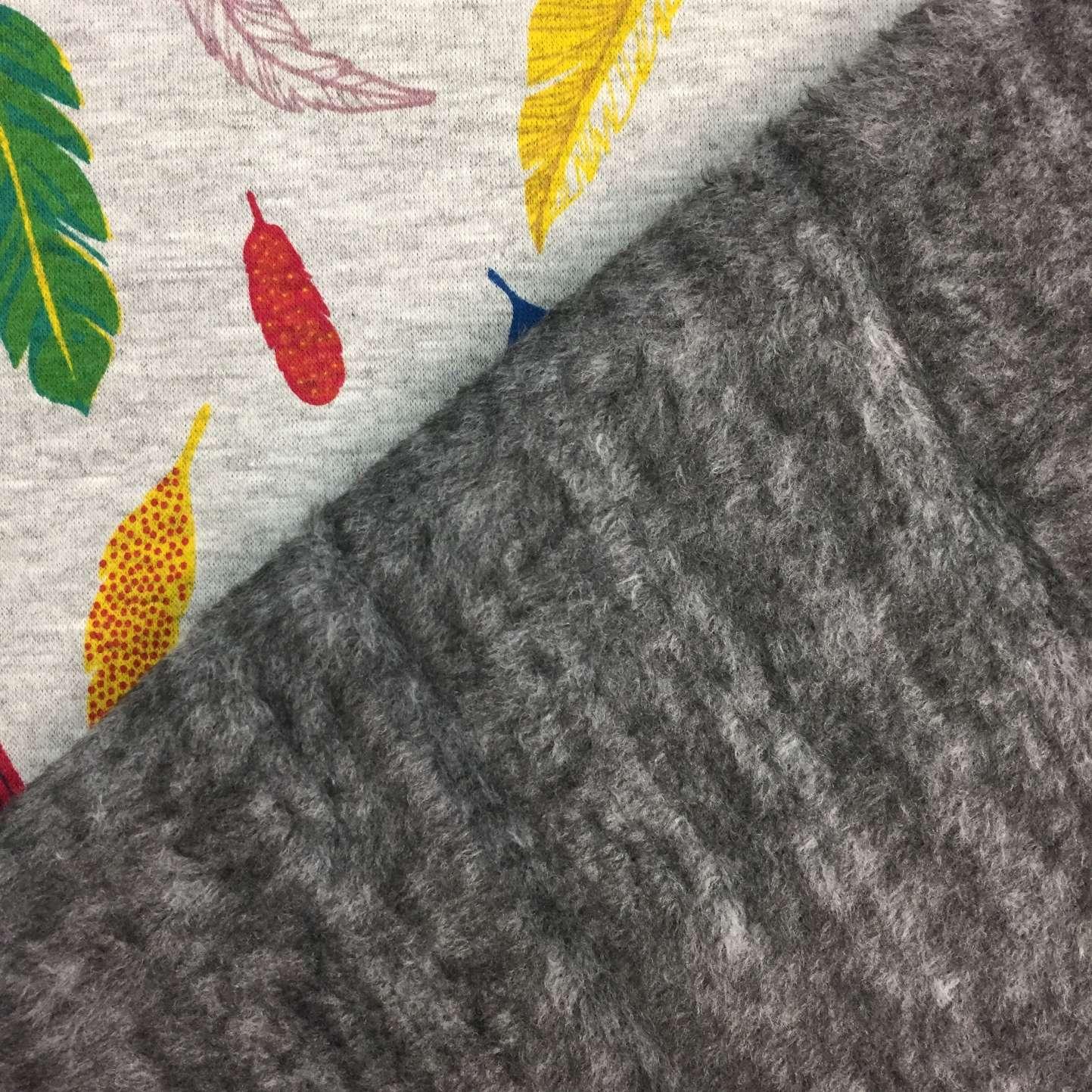 Sudadera invierno estampada con plumas de colores en fondo gris
